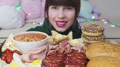 Hazelnut Crush小姐姐丰盛的英式早餐+巧克力甜甜圈(海因茨烤豆、黄油烤面包、烤香肠、火腿、培根、鸡肉香肠面包、煎蛋、西红柿)