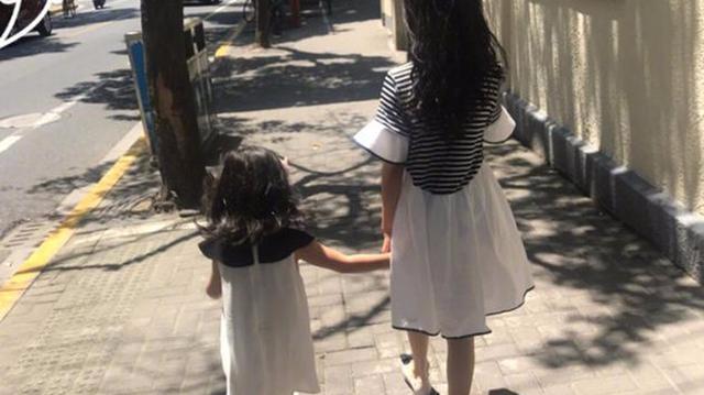 马伊琍俩女儿卷发长裙背影迷人 姐妹牵手温馨有爱