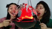 """万圣节恶作剧:玩""""创意火盆""""烤骷髅串,俩闺蜜搞怪真逗乐"""
