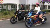两个机车女孩:分别骑着轻量级街车雅马哈MT15和轻量级跑车雅马哈R15