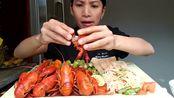 泰国美女吃小龙虾+辣拌面,大口吃,香辣鲜嫩鲜香,配生蔬菜爽口