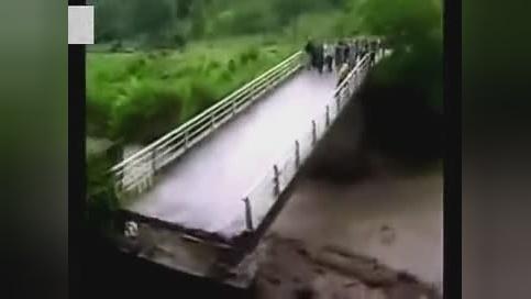 民众在桥上看洪水,结果下一秒悲剧了