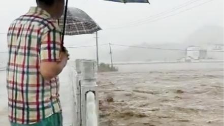 洪水来了就赶紧跑,站在桥上拍照不知后面什么情况