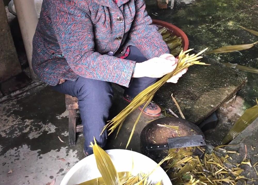 百岁农村阿婆教你如何包粽子,包你吃完一个又想吃一个