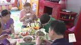 做家务的男人:魏大勋在老家和一家人吃饭,其乐融融的好幸福!