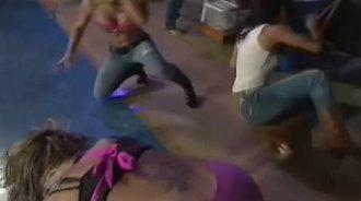 TNA摔角 美丽人组合攻击塔拉 反被打 安吉丽娜爱逃跑撞门上