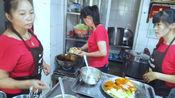 厨房不足10平5人忙不停小吃店,2大盘网红鸡肉34,吃得过瘾