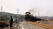 真正的英雄!79岁大爷一路狂奔救下一列火车