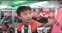 没错,他叫周盛俊杰,是摩托越野中的小天才