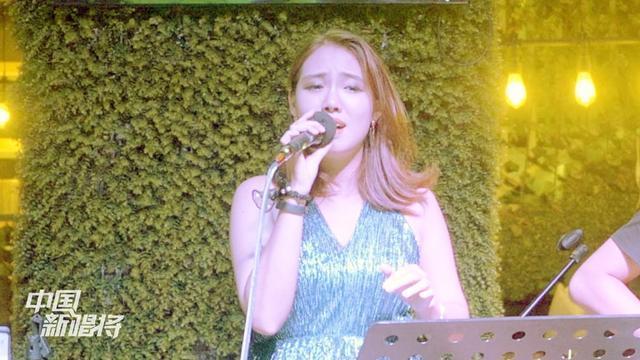 美女烟嗓走心献唱王若琳的《三个人的晚餐》唱的如此陶醉