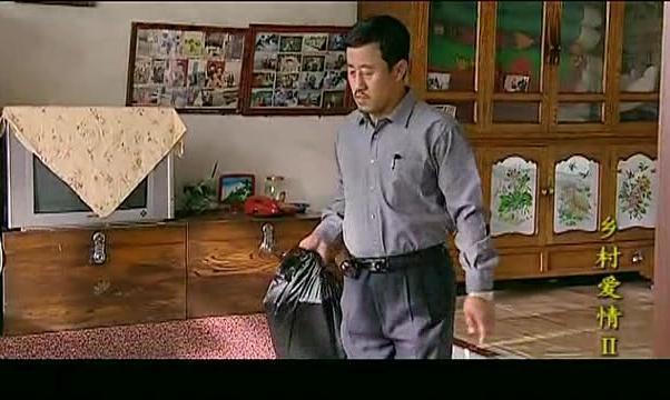 长贵给刘能送瓶酒还得偷偷摸摸的,怕人看见
