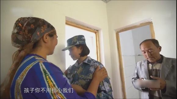 新疆农村维吾尔族女孩穿上了梦想的军装 妈妈为她做了一碗手擀面