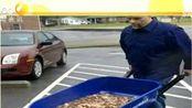美国男子推5辆独轮车装30万枚硬币纳税