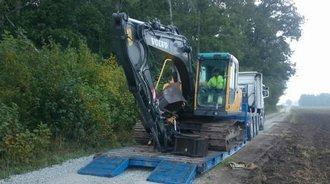 实拍沃尔沃EC140挖掘机卸车,下车不忘带上备用挖钩