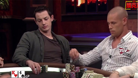 德州扑克:荷官站在弱势一方,让K4最后单张成花服气