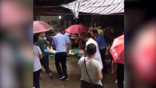 6月24日下午16时时余,湖南湘潭石潭镇,农贸市场承包商与卖鳝鱼门店业主因管理费问题发生口角,后升级到肢体冲突。事件造成2名店主受伤,其中1名抢救无效死亡。视频来源:相关人士提供