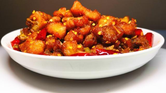 """这种方法做""""辣子鸡"""",味道不比饭店差,一大盘根本不够吃!"""