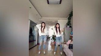 双胞胎在家中性感社会摇
