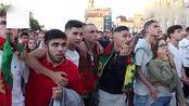 葡萄牙球迷露天看西葡大战, 当C罗任意球破门后, 几千人陷入疯狂