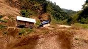 暴雨引发泥石流,山下房屋瞬间被冲走,太吓人了!