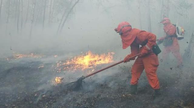 5月20日,内蒙古呼伦贝尔那吉火场实现合围,进入清理阶段,摄影师用高速摄影机记录下了武警森林部队官兵,在高温炙烤下 灭火的视频。