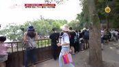 韩国女明星到中国旅游,看到乐山大佛诚心许愿,时间不够留下遗憾