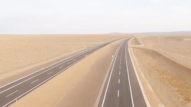 穿过沙漠越过无人区,最强高速公路通车了,从北京到新疆一天就行