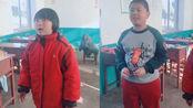两位小学生翻唱《生僻字》走红,一开口惊艳全班,这真是小学生?
