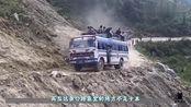 """印度""""死亡公路""""仅3米宽的盘山泥路,当地人坐车顶不怕死吗"""