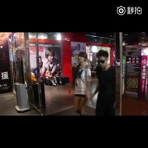交往5年女友主動牽手的原因 @壽司張佳瑩 請追蹤微博「黑男本人」: http://www.weibo.com/u/5335359193 請訂閱優酷「楊景皓」: http://i.youku.com/pangdu 請追蹤微博 「壽司張佳瑩」http://www.weibo.com/u/56319397