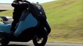 别眨眼,只需几秒钟,这辆摩托车就变成了摩托艇