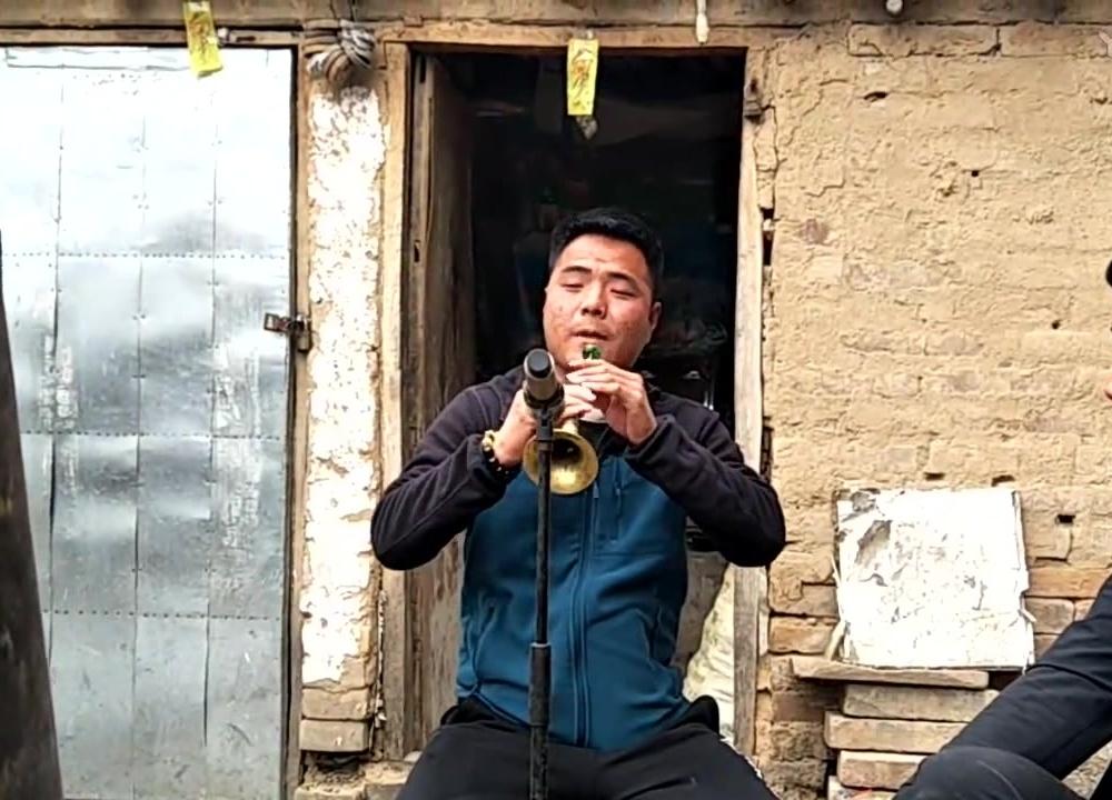 农村小伙唢呐独奏经典曲调《百鸟朝凤》,这技术真不赖,好听!
