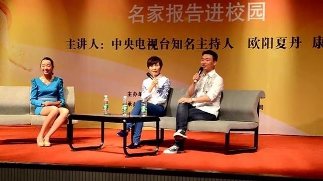 """央视新闻主播康辉和""""台花""""欧阳夏丹合唱校歌掌声一片,多才多艺"""