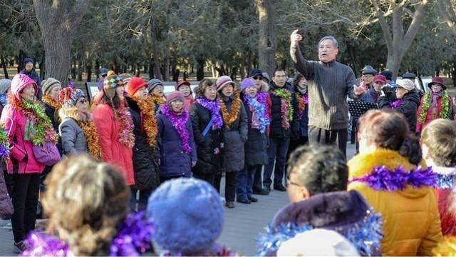 北京大爷大妈寒冬里唱响《歌唱祖国》,期待着祖国的明天更美好!