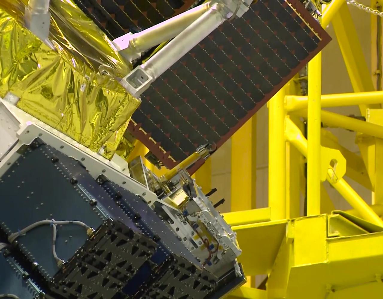 老人星-В-ИК和其他72颗小卫星被放置到适配器上面并扣上整流罩。