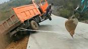 大货车就要掉入悬崖,司机纵身一跃,捡回一条命