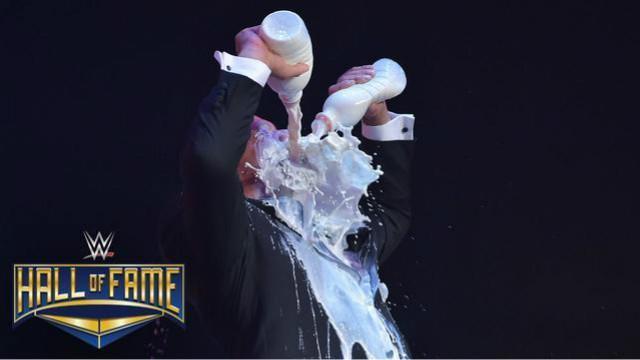 2017WWE名人堂典礼 科特-安格再现灌牛奶经典场面
