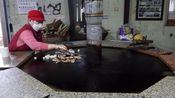 """60岁大妈卖""""大铁锅""""小吃,每天限量卖20斤,老板:想吃早点来!"""